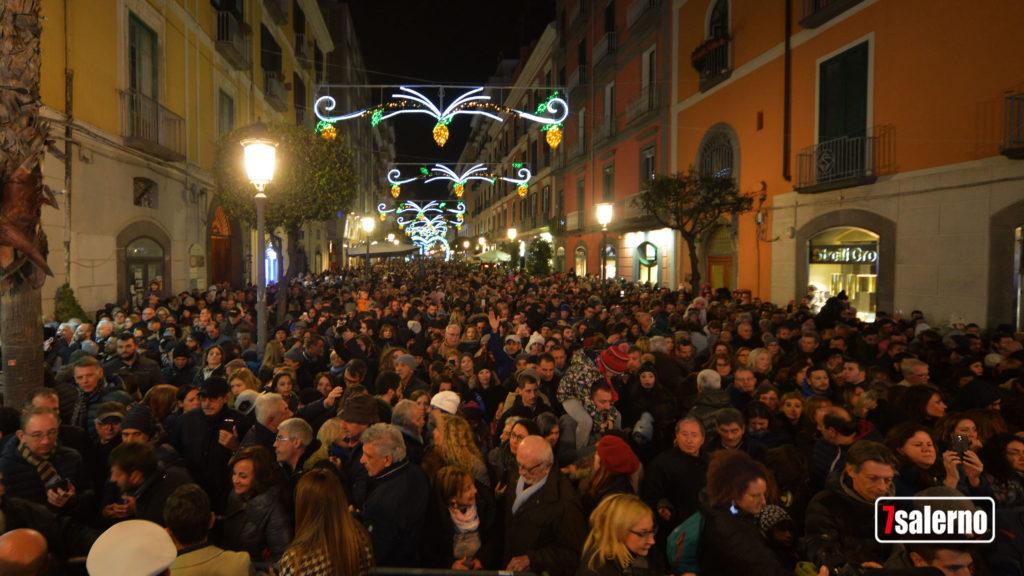 Salerno, Luci d'Artista 2018, folla a piazza Portanova davanti all'albero di Natale