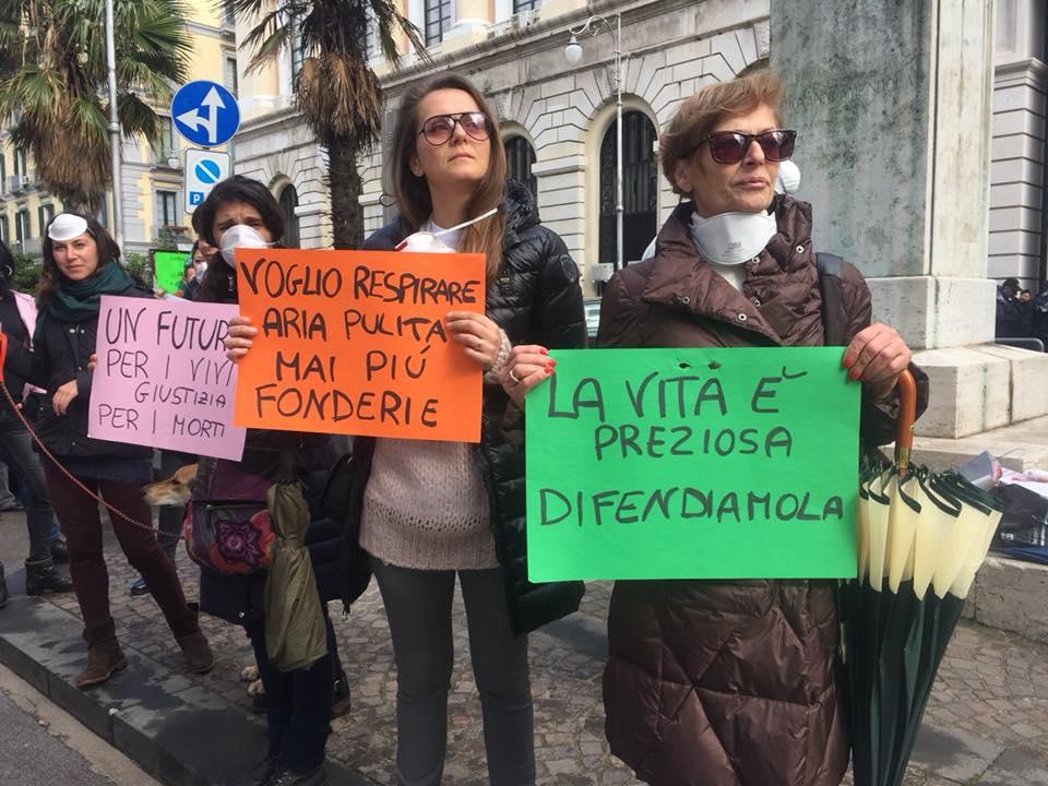 Manifestanti No Fonderie davanti al Tribunale di Salerno