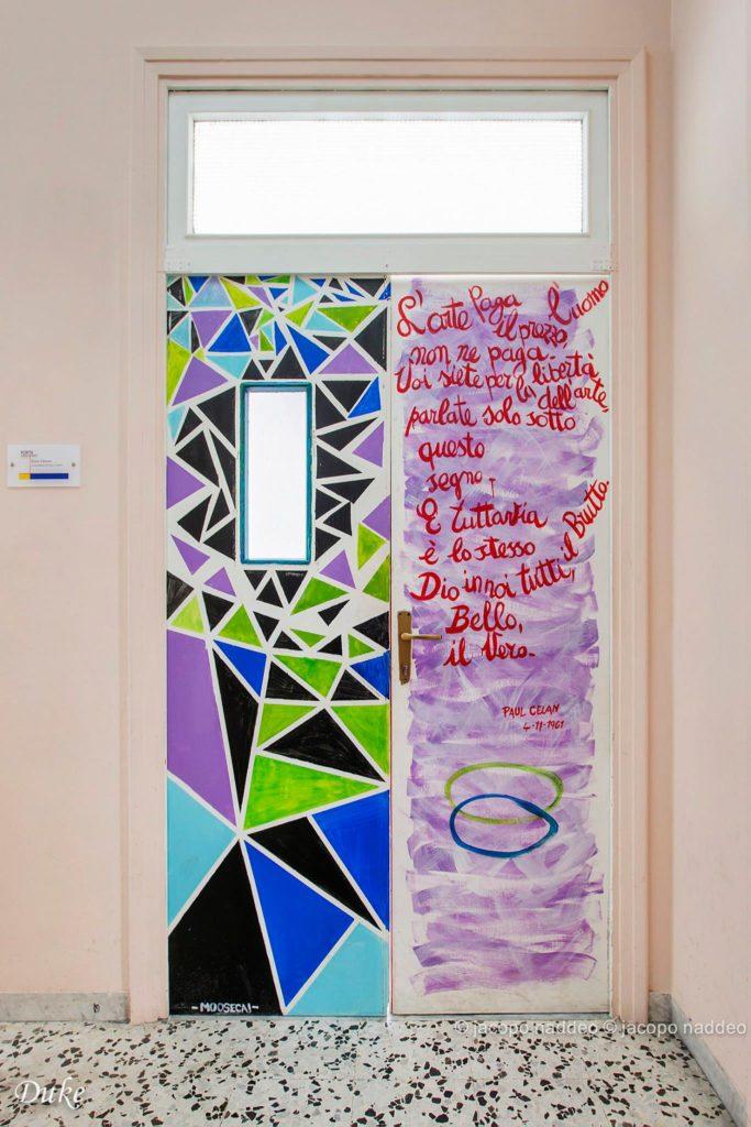 porta di un'aula decorata del liceo artistico Sabatini-Menna