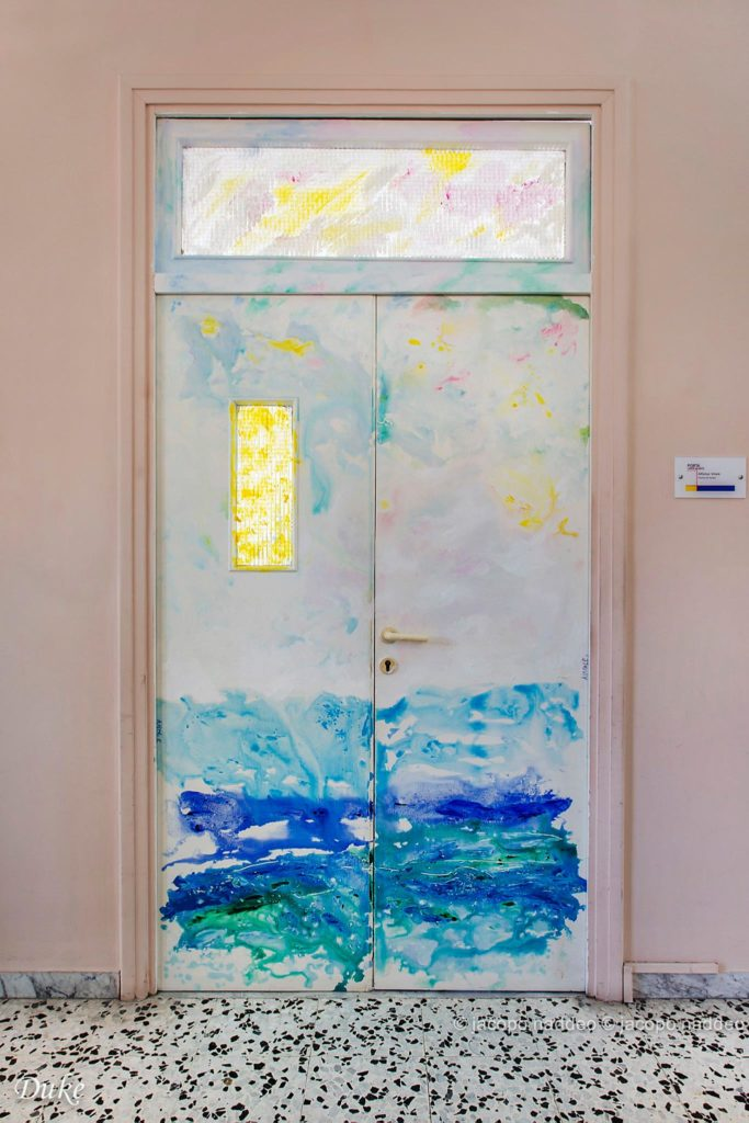 porta decorata di un'aula