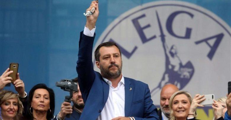 Salvini-con-in-mano-il-Rosario-e-Le-Pen-a-Milano