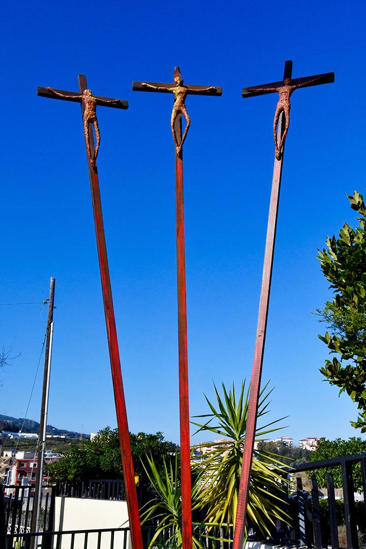 ESPOSITO Isidoro- Cristo promette un nuovo regno al buon ladrone. installazione, mixed media e croci lignee, anno 2002 ferro,70x50