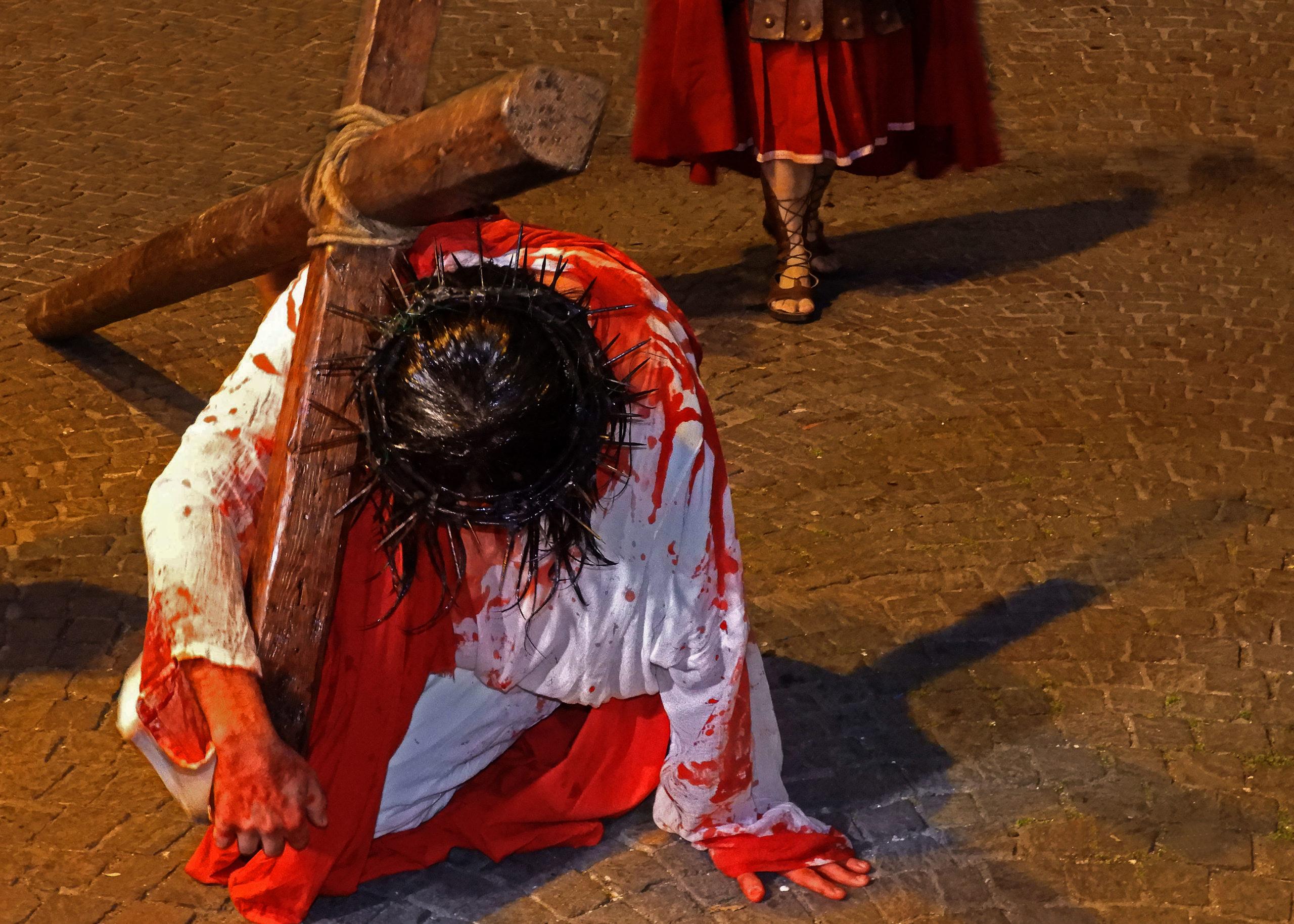 GAMBARDELLA Guglielmo, Gesù_è_caricato_della_croce_(Marco_15_20), Fotografia50x70