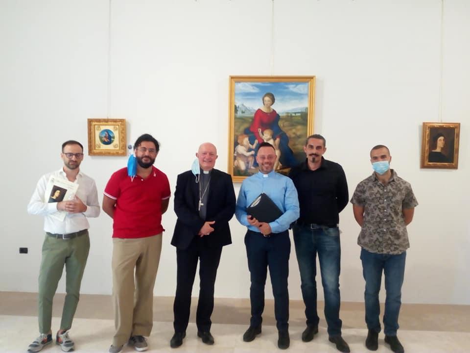 Al centro, a sx, l'Arcivescovo Monsignor Andrea Bellandi, a dx don Luigi Aversa, Direttore del NMuseo Diocesano di Salerno. Ai lati, i quattro artisti