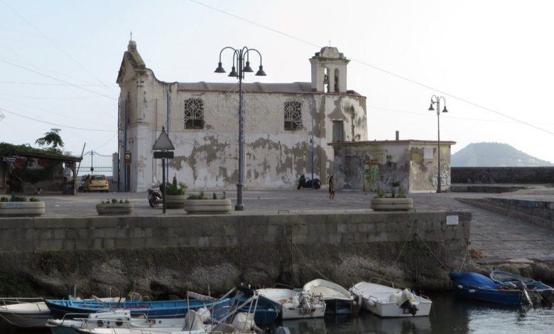 Darsena-e-Chiesa-dellAssunta-a-mare-Pozzuoli-NA